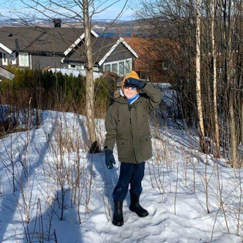 Bilde fra første dag med hjemmekontor og hjemmeskole. Viktig å ta noen pauser! Benjamin Moen Kristiansen (9) og mamma gikk en tur i nærområdet i det fine været.