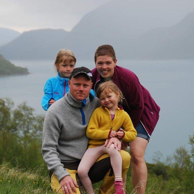 Familien på tur i fjellhimen