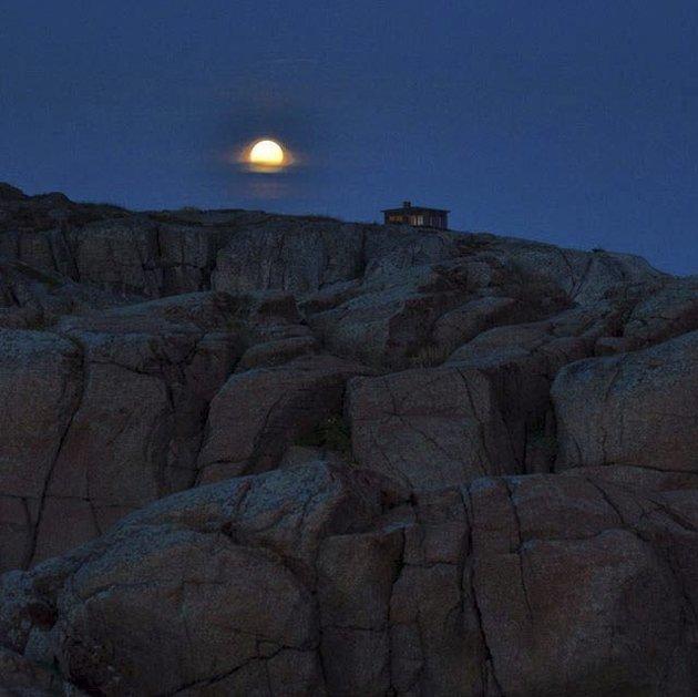 Månen: Anne Elise Furustad  blir ukevinner med et stemningsfullt bilde av månen tatt ved Ølbergholmen. på Eftang. Anne Elise får en ryggsekk, et sb-pledd og to flakslodd fra Sandefjords Blad.