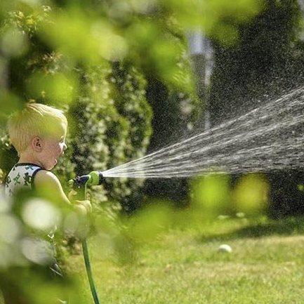Glede: Anita M. Iversen har tatt et flott bilde av barnet med vannet. Anita er ukesvinner med det flotte motlysbilde.