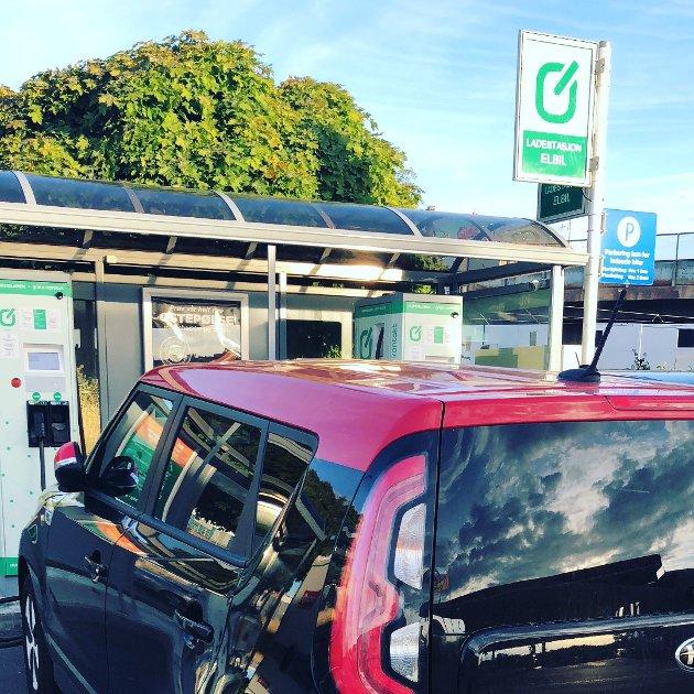 «Stadig flere kjøper elbil, og utbudet blir stadig bedre. Det samme blir ladeinfrastrukturen, men det blir tydelig at enkelte kommuner kanskje ikke alltid har en plan på dette», skriver Mats-André Buraas, leder i Østfold Elbilforening. (Foto: Privat)