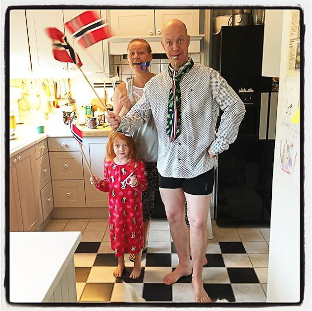 Det er ikke bare Norge som har bursdag 17. mai. Her får  fotografen og bursdagsbarnet Anne Grethe Olsen salutt av familien Gundersen Buer Solvang klokken 08.07.