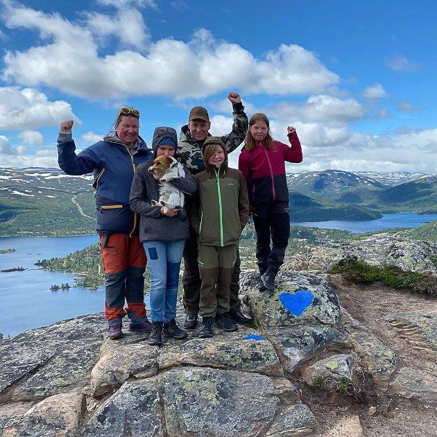 TIL TOPPS: Mysen-familien kom seg etter en noe strabasiøs tur til topps på Hartevassnuten i Setesdal.