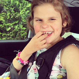 LIVSGLAD: Emily Holt Lona er ei aktiv og blid jente på sju år.
