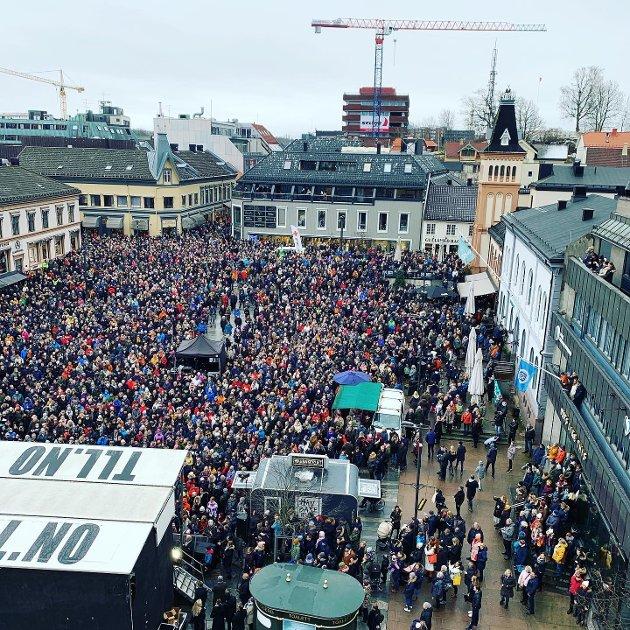 TETTPAKKET: Flere tusen mennesker overvar hyllestkonserten for Jahn Teigen lørdag. Slik Torvet ut fra høyden.