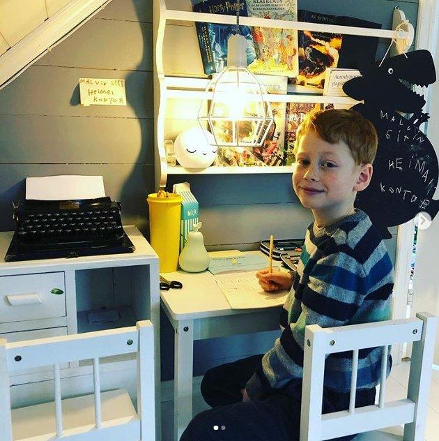 – Just another day in the office! skriv Anja Thunold om 1. klassingen Malvin sitt heimekontor på Seim.