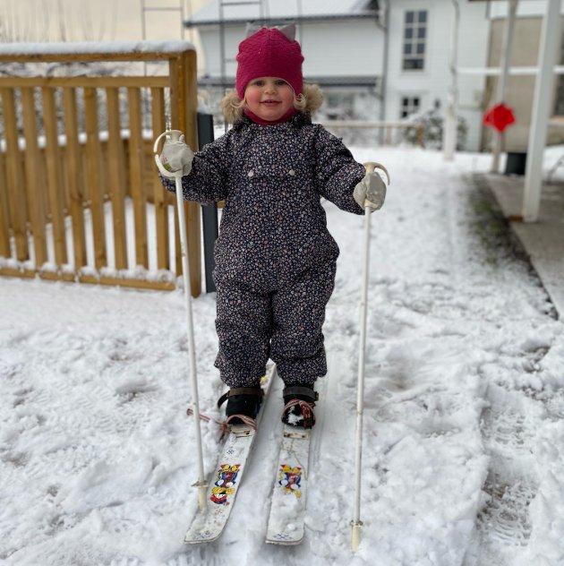 Clara Sjo (2) har prøvd ski for første gong, heime i Dubbedalen.