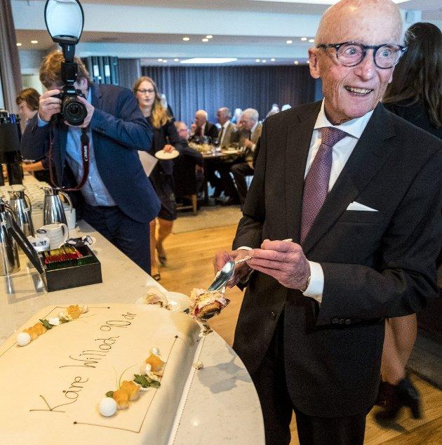 Jubilant: Kåre Willoch skjærer bursdagskake under en mottakelse på Høyre Hus søndag i Oslo i anledning sin egen 90-årsdag 3. oktober. Foto: Heiko Junge / NTB scanpix