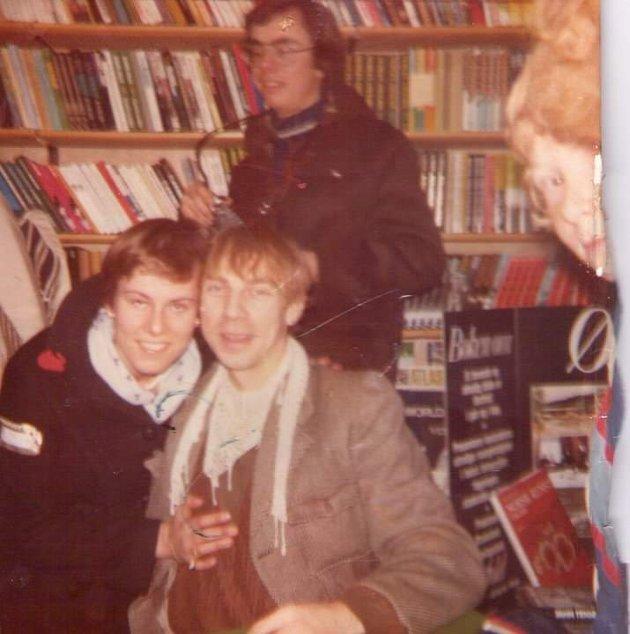 MINNE: Bildet er tatt i desember 1978 i forbindelse med utgivelsen av den første boka om Jahn Teigen. Nina Johansen Bullock, som har skrevet dette innlegget, var først i køen under bokslippet.