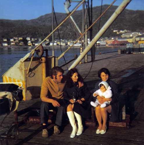 På Dampskipskaia mai 1973, Knut Hansen, Turid Christensen og Ingrid Hansen med  datteren til Turid på fanget.