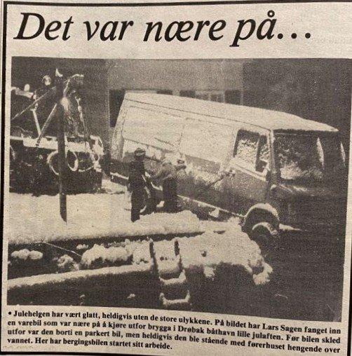 Ja, det var nære på ... Lille julaften kunne det gått helt galt i Drøbak. Dette bildet ved brygga i Drøbak båthavn forteller vel det meste. Det var Lars Sagen som fikk med seg varebilen som holdt på å kjøre utfor brygga.