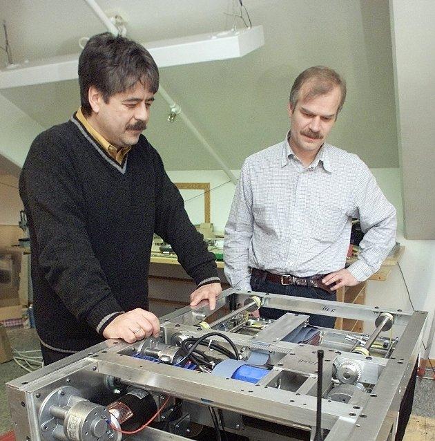 SPED START: Bildet er fra 2000 og viser Jakob Hatteland og Ingvar Hognaland med en tidlig utgave av en lagerrobot.Arkivfoto: Haraldn Nordbakken