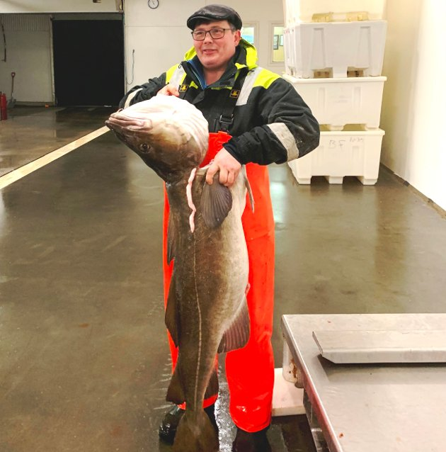 """OPPDATERT: 2.mars: I over 50 år har Lofotposten delt ut ett kilo Friele kaffetorskkaffe til alle fiskere som har fått en torsk/skrei over 30 kilo, derav navnet kaffetorsk. Her kan du se bilder av alle kaffetorskene. Bildeserien oppdateres jevnlig. BALLSTAD: Johan Arne Nilsen på linebåten """"Kim"""" med kaffetorsken på 33 kilo han fikk på Innersia og leverte til Ballstad Fisk AS"""