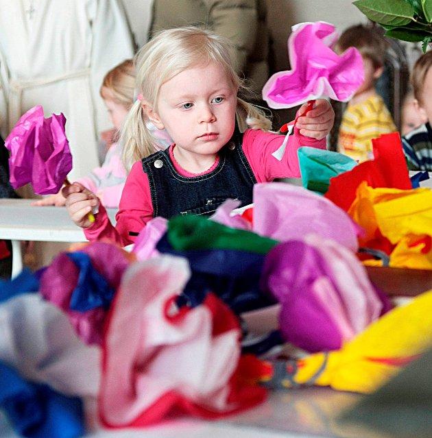 PYNTET ALTERET: Barna ved Bergenhus barnehage hadde alle laget blomster, som de pyntet alteret i Rakkestad kirke med. (2009)
