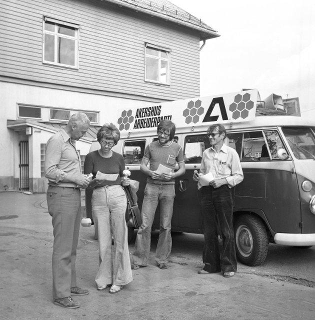 25. august 1975. Akershus Arbeiderpartis valgbuss trålet distriktet på kryss og tvers, og første stoppested i 1975 var Lillestrøm. Helge Jagland, Øyvind Hvattum og Arild Engebretsen i gang med å møte velgere.