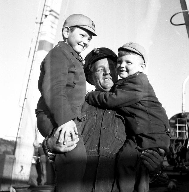1958: I mai kom hvalfangerne hjem til sine kjære. Kjenner du noen på  bildet?