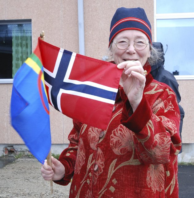 DOBBELFLAGG: Kristin Leifsdatter, opprinnelig fra Hamarøy, hadde et originalt flagg. Det norske og det samiske på samme stang. Hennes familie er knyttet til både norsk og samisk.