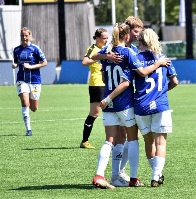Camilla Bønøgård (10), Julie Stafne Gustad (51) og Marieluise Schmitt Gran jubler etter scoring i 2. omgang, mens Guro Svendsen kommer løpende til i bakgrunnen.