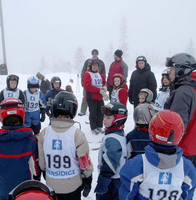 JANUAR 2006: Alpinbakken i tilknytning til fjellstua på Bislingen (bygget i 1967) er et populært sted å tilbringe fritiden for skientusiaster fra hele regionen. Bildet er fra en trening ledet av Bernhard Sæthereng. ARKIVFOTO: JOHN ERIK THORBJØRNSEN
