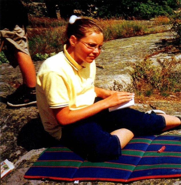 TEKST TIL BILDE NR 020206-36 (bredde) Den 5. august 1999 ble Kristin Juel Johannessen funnet drept på Mørk utenfor Larvik. 12-åringen var på vei til badeplassen da gjerningsmannen slo til. (Foto: Privat)  Ber om svar: Politiet ønsker svar fra Rettsmedisinsk Institutt om flere av hårene fra åsteder der Kristin Juel Johannessen (12) ble funnet drept, egner seg for analyse. (Foto: Arkiv) *** Local Caption *** Alle tips undersøkt: Politiet mener de ikke har noen vei videre i etterforskningen av drapet på Kristin Juel Johannesen (12). (Foto: Arkiv)