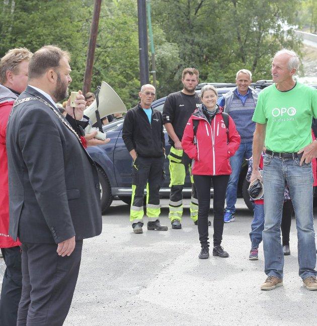 Vandring: Ordførar Roald Aga Haug ønska velkomen til elvevandring. Robert Henkel var ein av dei som stilte i Opo-T-skjorte.