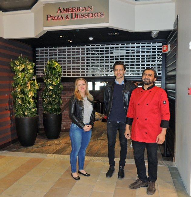 Senterleder Daniella Mossberg, Feroz Rupani og Sajjad Rupani gleder seg til åpningen av den nye restauranten.