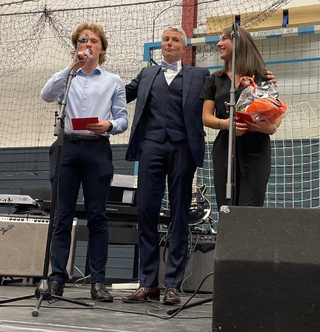 GLAD TRIO: Rektor Olav Wennemo, her flankert av de dyktige programlederne Nikolai Bæreg Mollan og Maja Ozog, var en glad mann fredag, da Bjørkelangen videregående skole feiret 50-årsjubileet i Bjørkelangen Sportshall.