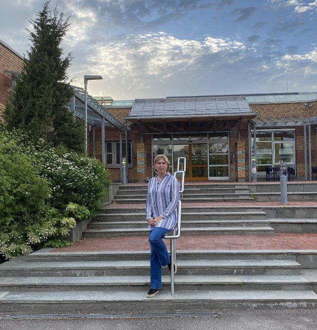 Grete Wold Vestfold SVs stortingskandidat utenfor Universitet på Bakkenteigen.