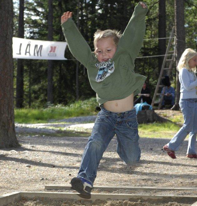 HOPPLA! Jonas Elisenberg (6) gir alt i dette lengdehoppet under Venåsdagen. Alle koste seg under arrangementet som gikk av stabelen i strålende sensommervær. Foto: Stein Johnsen