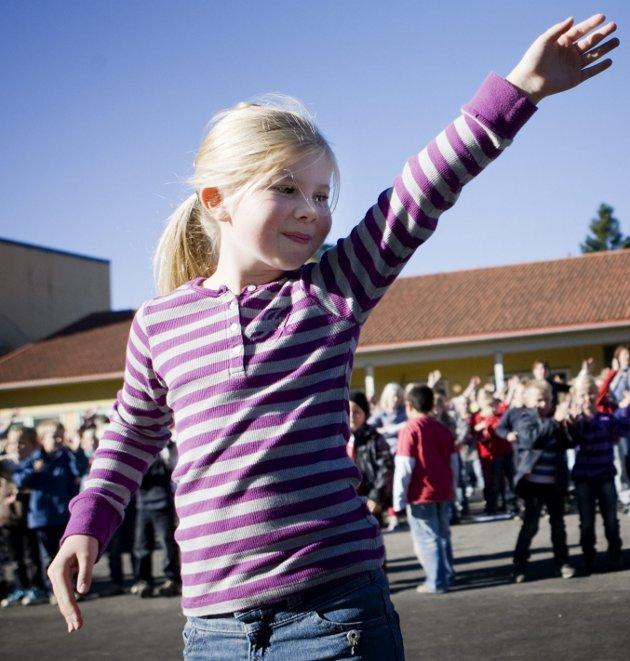 Hele skolen danset: Aurora Berger Grosvold førte an da hele Folkvang skole danset til «Glow» av Madcon. Foto: Tom R. Andreassen