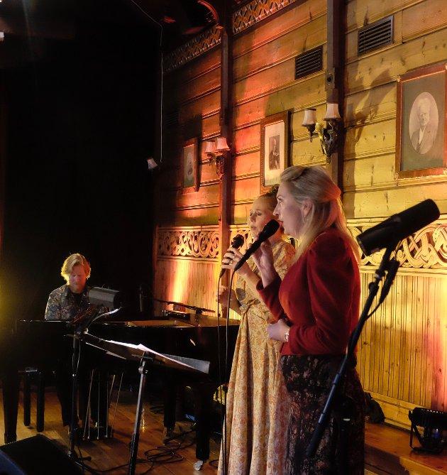 Tora Augestad,  Ruth Wilhelmine Meyer og Helge Lien stod for et av musikkfestens høydepunkter med vakre versjoner fra Songboka på Krossvoll lørdag ettermiddag.