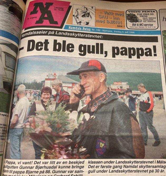 Faksimile fra NA juli 1996. Førstesideoppslag da Gunnar Bjørhusdal (62) måtte dele sin lykkestund med sin pappa Bjarne etter å ha vunnet under Landsskytterstevnet. 25 år etter er fortsatt Gunnar aktiv skytter i en alder av 87 år.