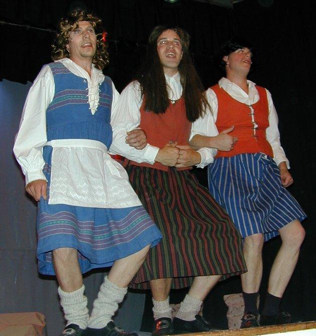 Olsokrevy på Tolga i 2000: Fra venstre:  Paul Arne Flatgård, Vegard Urset og Amund Leren.