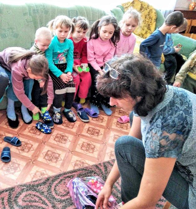 Stor dag. Utdeling av nye tøfler til alle barna.
