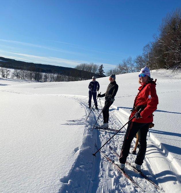 Skibilder fra Sør Mesna: Her ser vi Ann-Kristin Madsen med døtrene Thea og Ida.