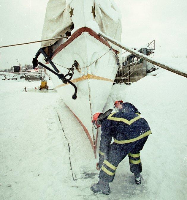 ISFAST: Gjøvik brannvesen brukte skikkelig utstyr for å skjære bort 80 cm is rundt Skibladner.