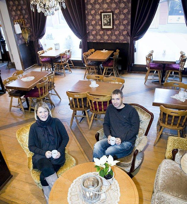Vil selge Erlandsens: Camilla og Tormod Meyer syntes det ble for tøft å være småbarnsforeldre og drive Erlandsens Conditori. Nå legger ekteparet det ærverdige konditoriet ut for salg. Foto: Anders Johansson