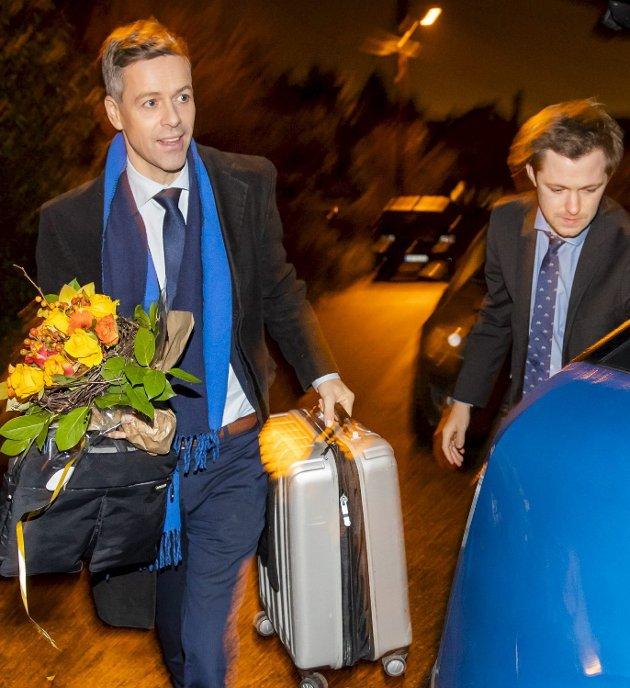 KRF: Knut Arild Hareide og rådgiver Emil André Erstad på vei hjem etter nederlaget på Gardermoen for ett år siden. FOTO: NTB SCANPIX