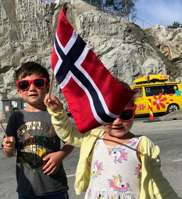 Liam og Mia Tjeltveit-Fjermestad med flagg og nye Sommerbilen-solbriller.