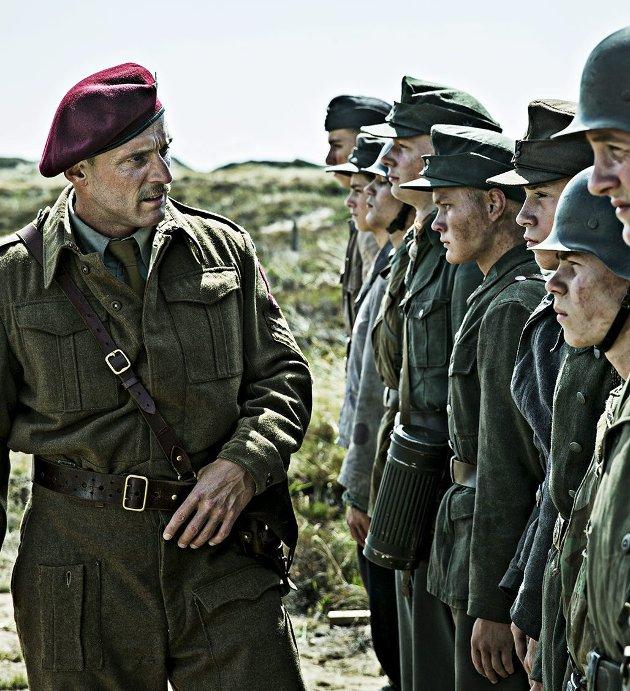 Mørkt i solen: Tyske mineryddere under ledelse av den danske sersjanten Carl Rasmussen.Foto: Filmweb.no