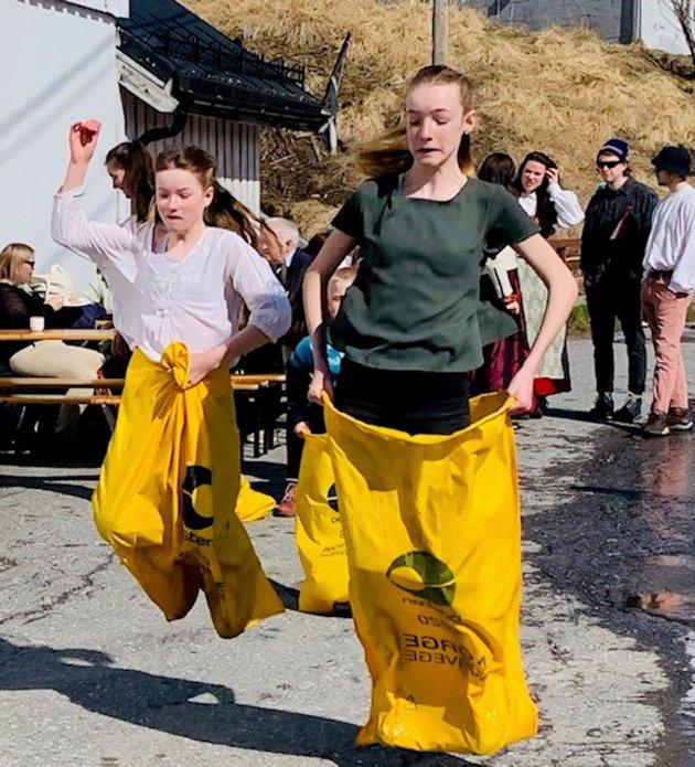 Lærerne og ungene ved Akkarfjord skole sørget for en veldig hyggelig 17.maifeiring i Akkarfjord på Sørøya. Nesten femti personer stilte opp i toget. Det er god oppslutning i ei bygd med sytti innbyggere. Ungene stilte med eget korps i toget, slik at det ble skikkelig 17.maistemning i bygda. Etter toget var det tradisjonelle konkurranser, med potetløp, sekkehopping og tautrekking. Is, pølser og kaker satte en ekstra god stemning i solveggen ved Forbrukerlaget