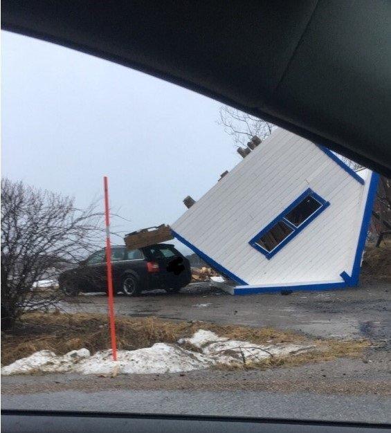 I Bogøy rett før Engeløya i Steigen: En liten garasje hadde blitt tatt av stormen og landet halvveis oppå en bil. - Også busskur, deler av hus og takstein er tatt av stormen, sier tipser.