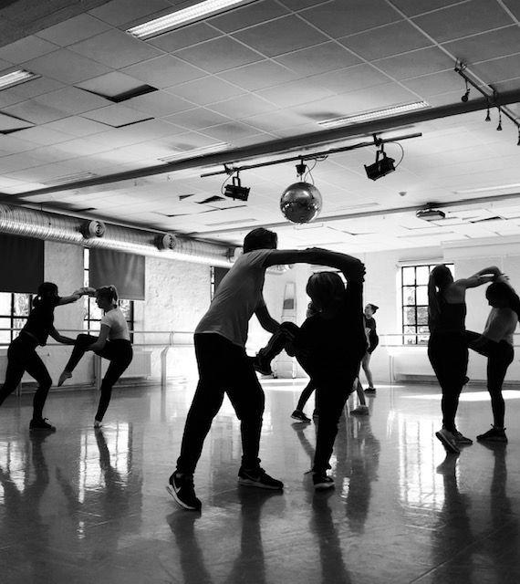 Dans kan og være nytte: Her, dansere i koreografi til produksjon av film om viktigheten av relasjoner i livet.