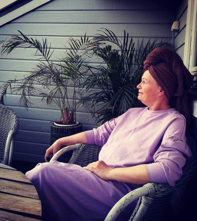 Lillian Legreid koste seg på verandaen i sola.