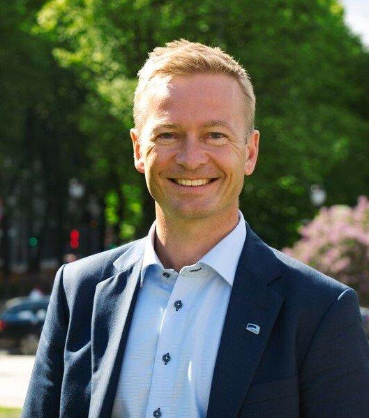 At E136 nå blir en del av porteføljen til Nye Veier vil sikre en helhetlig utbygging, mener Helge Orten.