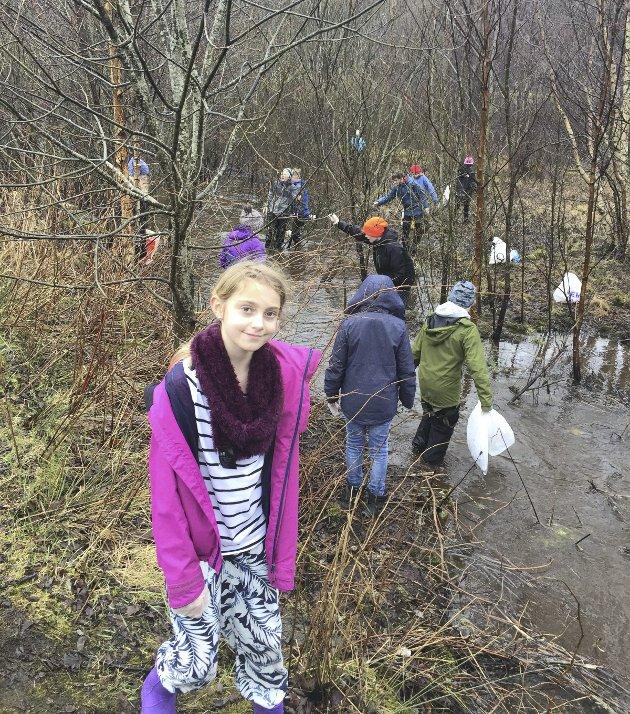 MYKJE PLAST: Elevar frå Sagstad skule har plukka mykje søppel ved bussterminalen på Frekhaug.FOTO: Privat