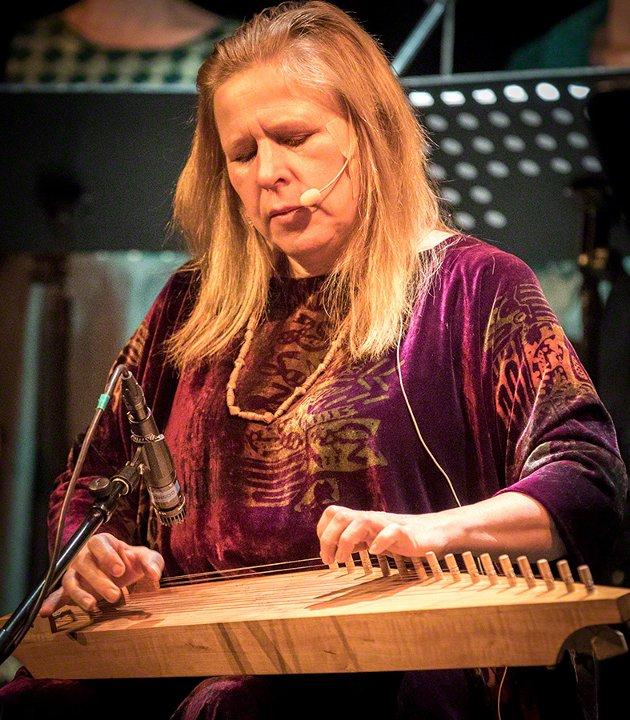 Sinikka Langeland aleine med sin kantele og sin stemme.