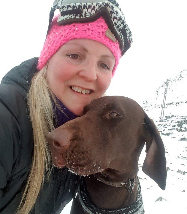 Kristin Olsen med hunden Vinja.