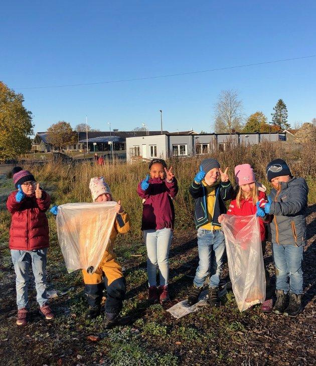 HOLDER NÆRMILJØET RENT: Elever i andreklasse plukket søppel i skogen. Hele skolen var satt i sving med søppelplukking for å markere budskapet i årets TV-aksjon.