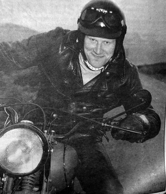 Ørjan Magnussen på en engelsk Ordonans-sykkel fra 1940.  Det ville nok garantert komme  enda flere severdige sykler til Vestvågøy, det skulle holdes veteransykkeltreff  i Sennesvik.